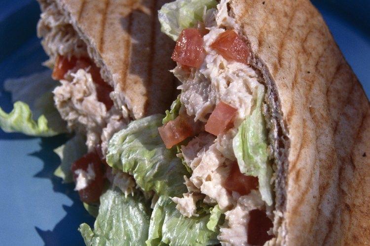 El sándwich de atún es uno de los almuerzos clásicos favoritos.