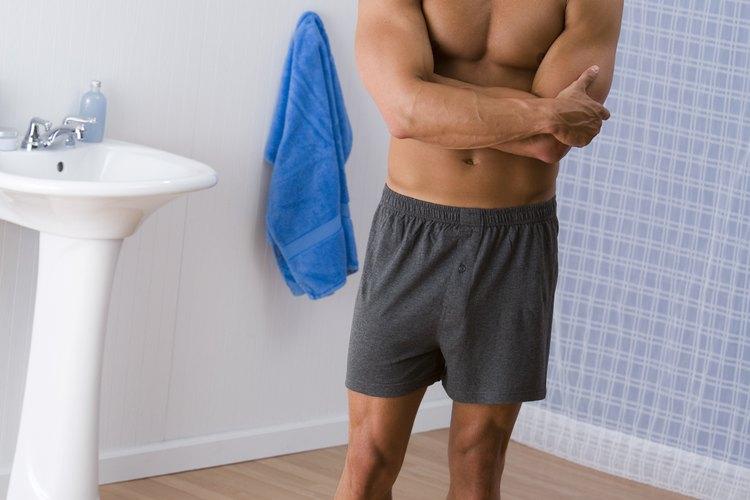 La cintura pequeña y hombros grandes se enfatizan con una camisa metida dentro del pantalón.