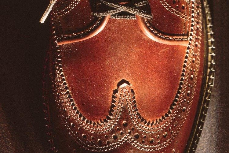 Los zapatos pulidos de cuero marrones pueden lustrarse bien sin arruinar la textura.