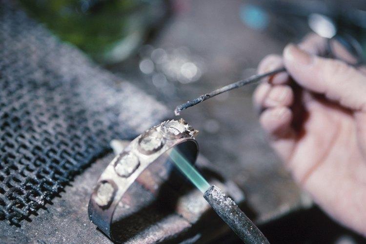 Cuando sueldes metal, necesitas usar flux para evitar la oxidación.