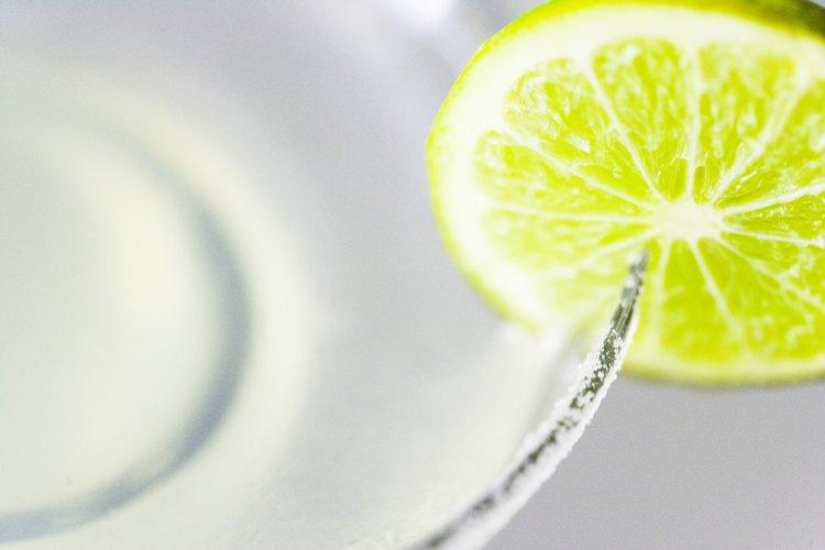 Un limón fresco y sal son esenciales para una Margarita perfecta.