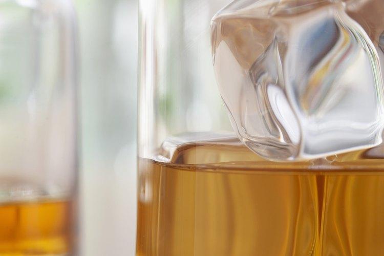 Varios aficionados del escocés prefieren el licor sin ningún acompañante.