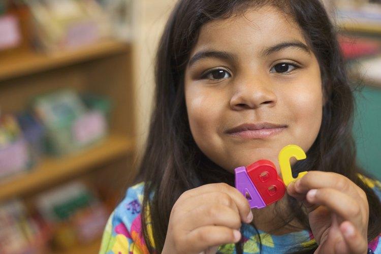Canta la canción del abecedario con tu niño con frecuencia.
