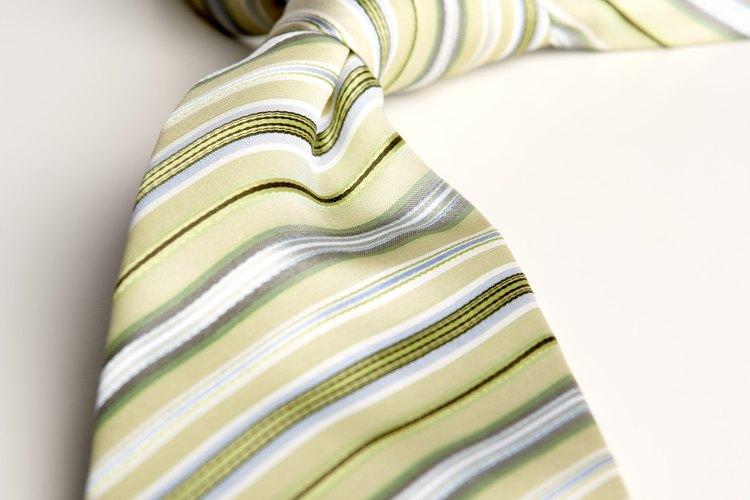 Elige una corbata que combine.