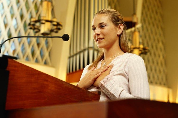 Saludar a tu congregación con una buena bienvenida crea el ambiente para la ocasión.