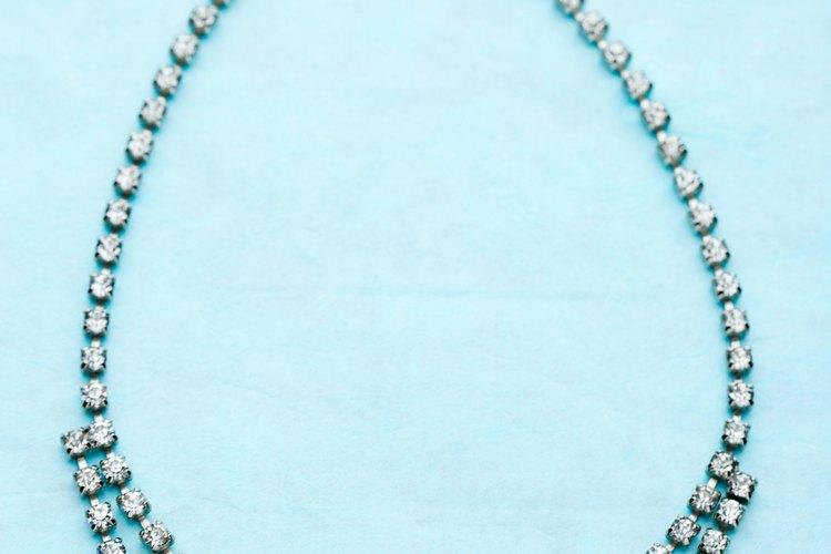 Compra un collar sencillo y dos pares de pendientes para permitir variantes de estilo.