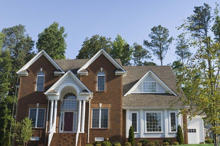 Crea sencillos sistemas de drenaje de agua alrededor de tu casa para evitar daños y humedad.