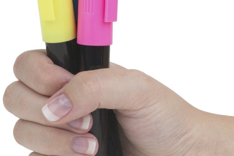 Tinta de un rotulador fluorescente brilla con la luz negra.