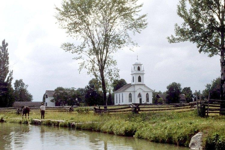 Los bautismos pueden llevarse a cabo dentro de una iglesia o al aire libre en el agua.