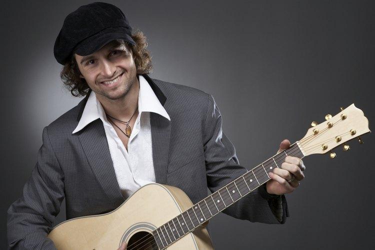 Si tu novio disfruta los instrumentos musicales, cómprale una guitarra.