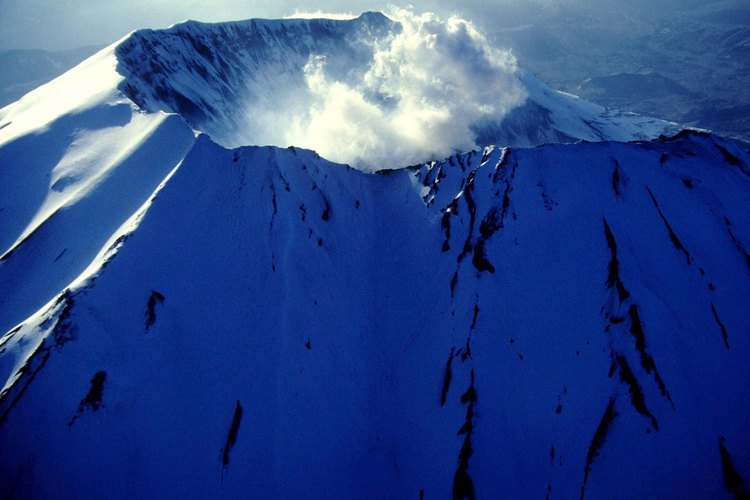 El flanco norte del Monte Santa Helena muestra una depresión en forma de herradura causada por la erupción.