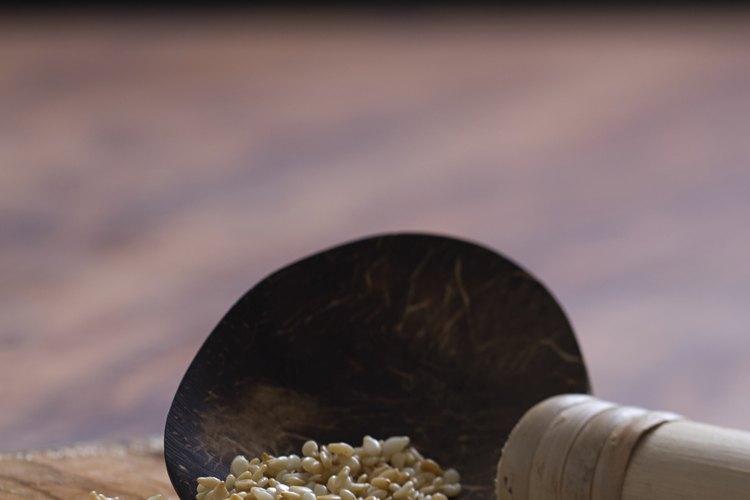 Tuesta semillas de sésamo para preparar aceite.