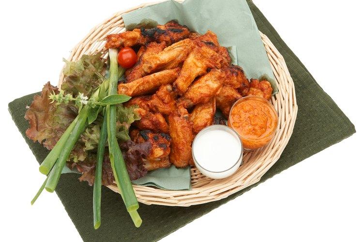 Las alitas de pollo a menudo son servidas como aperitivo.