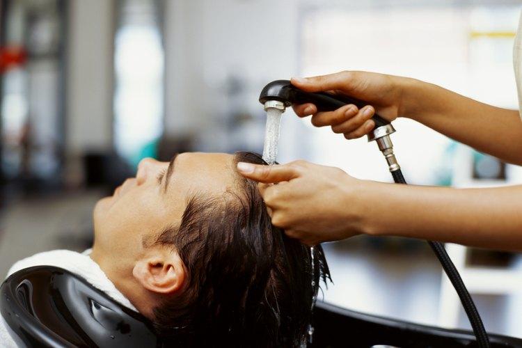 Lávate el pelo con cuidado para que no te entre tinte en los ojos.