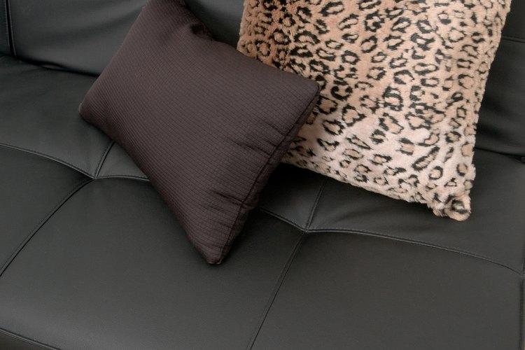 Equilibra el aspecto masculino de un sofá con lo femenino.
