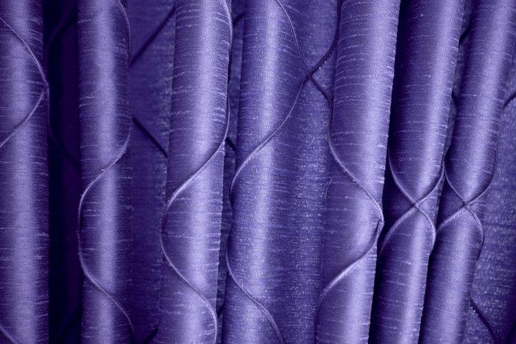 Una cortina ocultará efectivamente el contenido de un armario sin puertas.