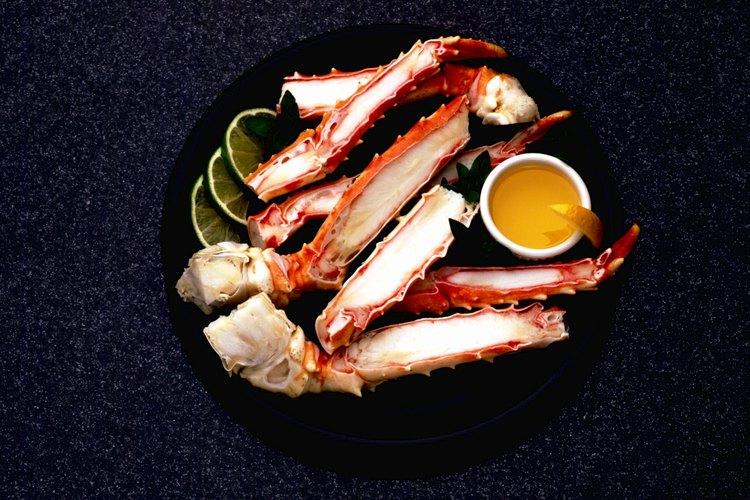 Las patas de cangrejo se consiguen en la sección de alimentos congelados del supermercado.