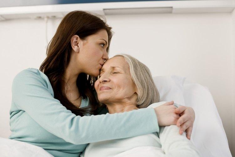 Cuidar de tu mamá en sus últimos años puede ser un reto para ambas.