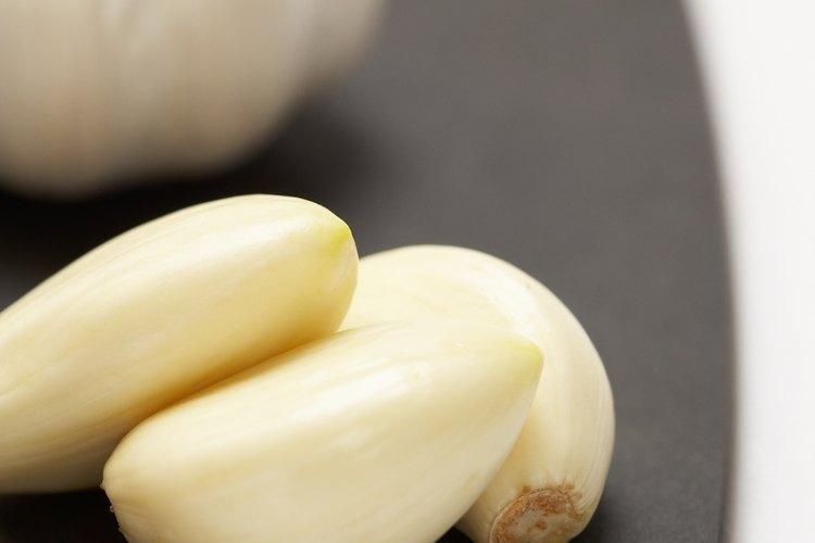 Plantar un diente de ajo en la tierra puede crear nuevas plantas de ajo.