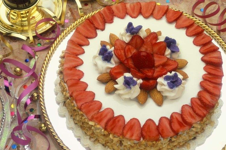 Las fresas en rodajas dan un toque colorido y sabroso a los postres.