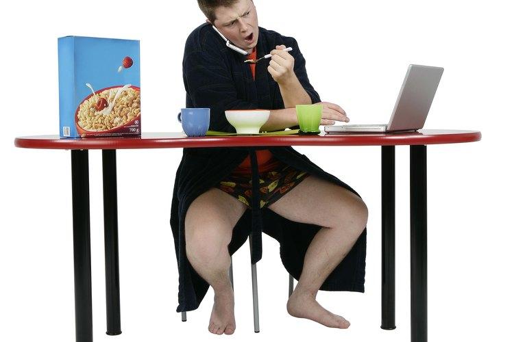 Trata de evitar que coma en su escritorio o mientras estudia.