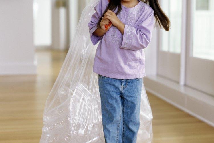 Aún los ayudantes más pequeños pueden involucrarse con esfuerzos de reciclaje.