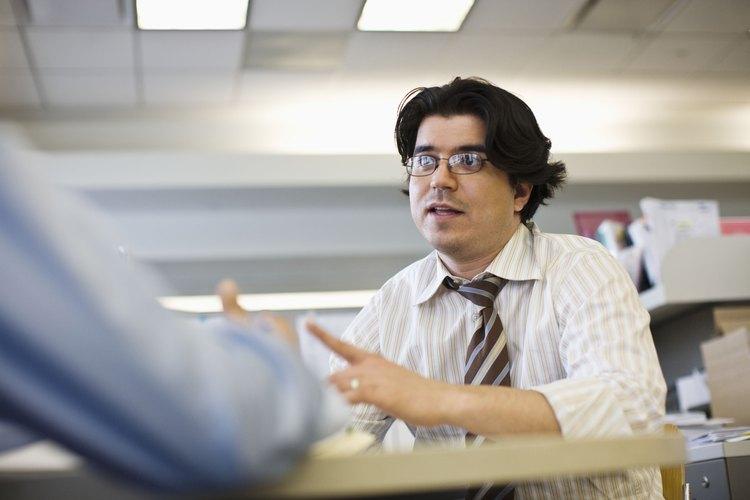 Hombre hablando con un colega.