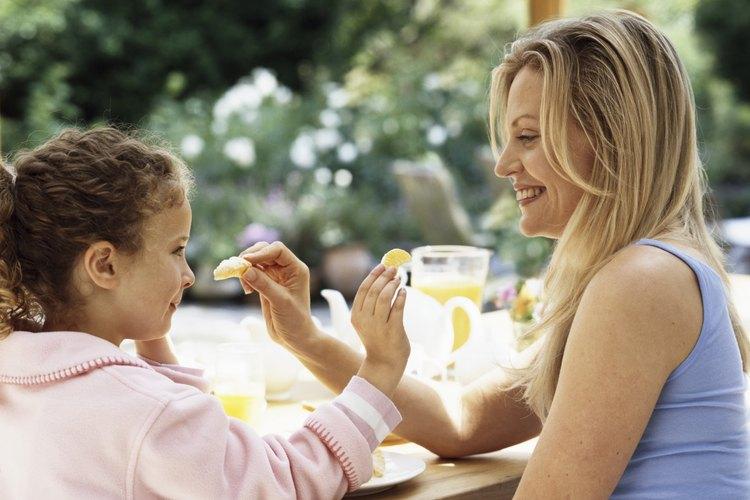 Incorpora las frutas favoritas de tu hijo en postres saludables.
