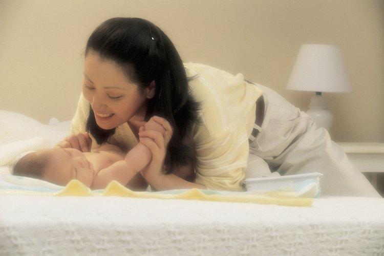 Una colcha de trapo puede servir como superficie de juego para tu bebé.