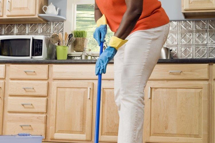 Mantén un trapeador a la mano para limpiar los pisos de la cocina.
