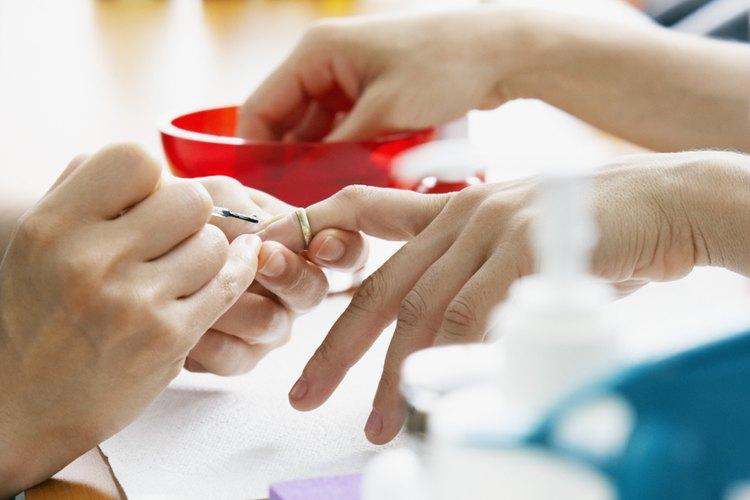 Mujer haciéndose una manicura.