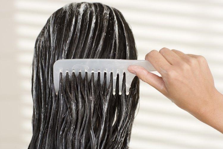 Agrega humedad al cabello con los productos adecuados.