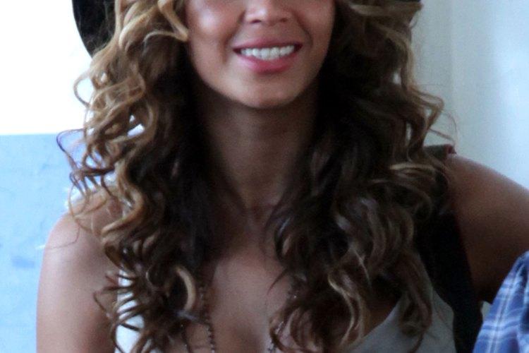 Beyonce lleva el pelo castaño o rubio arriba con una capa inferior negra.