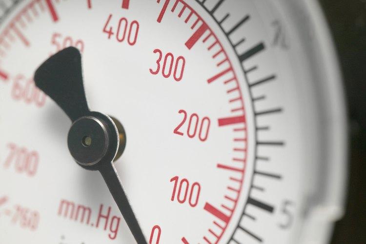 Revisa la presión de los neumáticos con un manómetro para la presión de una llanta.