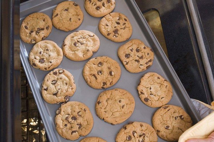 Coloca la bandeja de galletas en el exterior en una superficie plana.