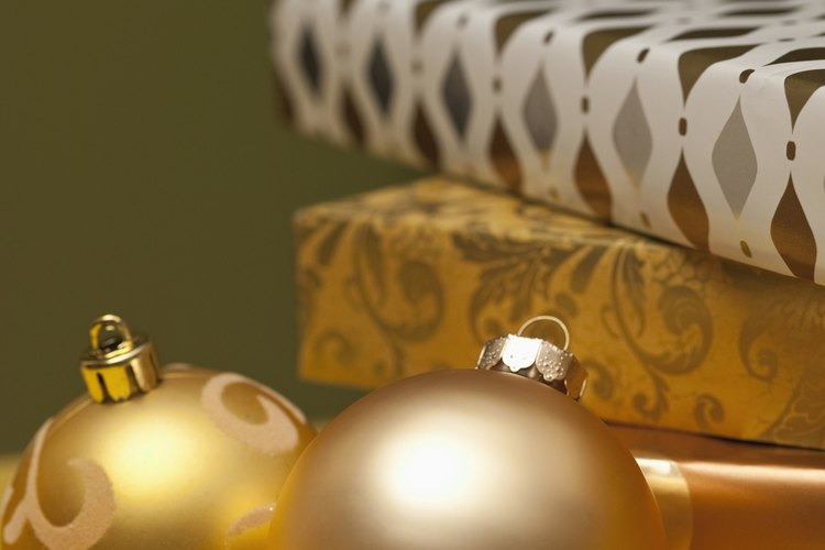 Las bolas decorativas de un árbol de navidad son esferas.