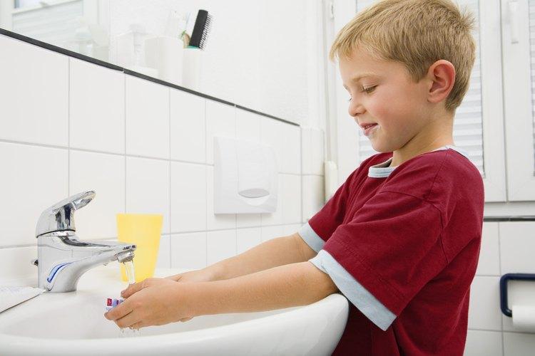 Algunos comportamientos obsesivos en los niños pueden ser lavarse las manos de manera excesiva o rituales en los que cuentan.
