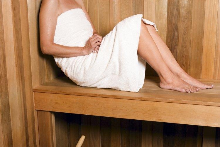 Los saunas húmedos a menudo se confunden con salas de vapor, que no usan piedras calientes para crear vapor.