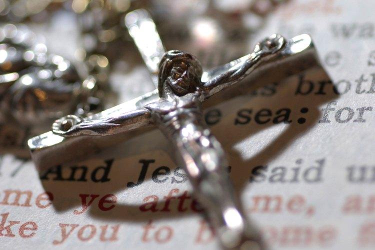 En la confirmación el niño reafirma su fe en Dios.