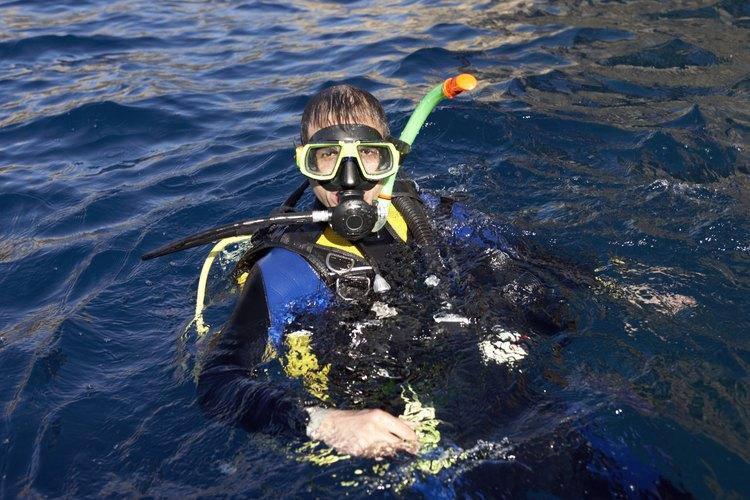 Enjuaga la máscara en el agua y agítala para quitar las gotas de agua en exceso.