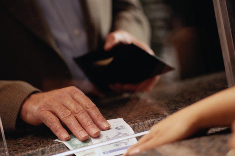 Los oficinistas a menudo preparan balances mensuales para clientes de cuentas de cheques y los envían por correo.