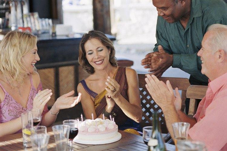 Pregunta sobre el código de vestimenta apropiado antes de asistir a la fiesta para evitar pasar vergüenza.