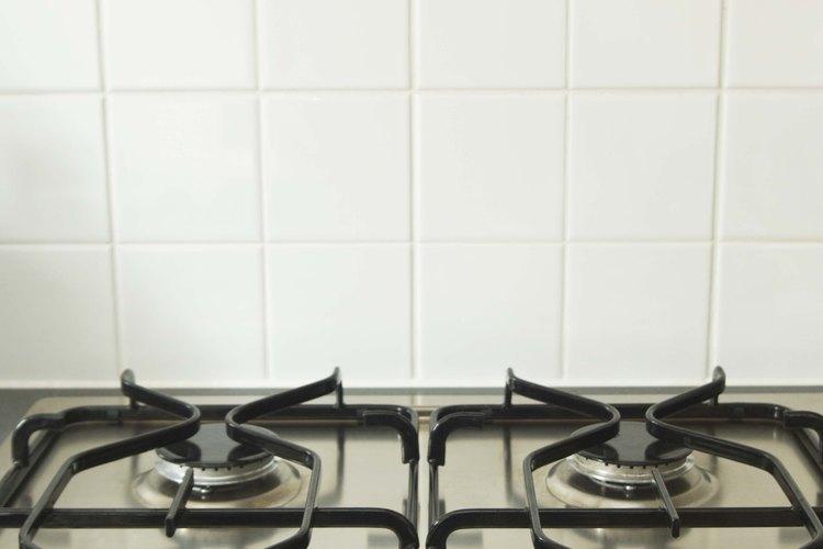 Las cocinas de gas utilizan una línea de gas, quemadores y sistemas de control para poder operar.