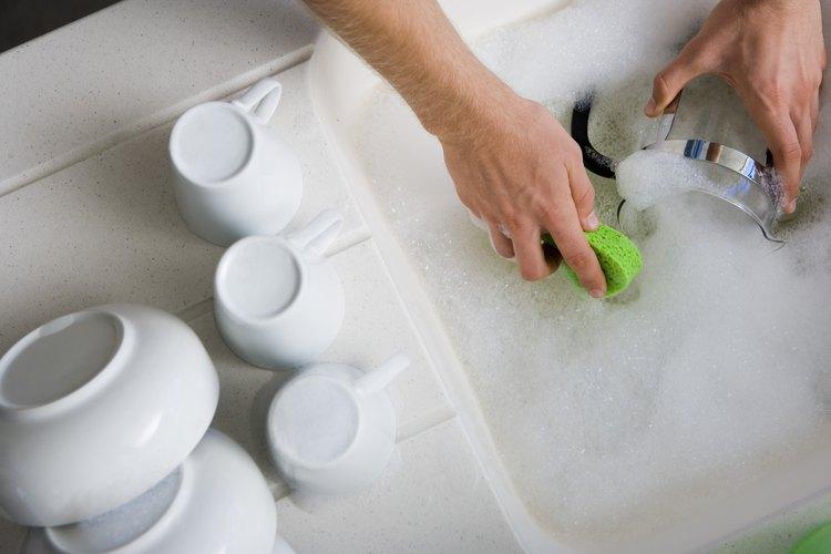 Lavar la vajilla sin guantes no es una buena costumbre.