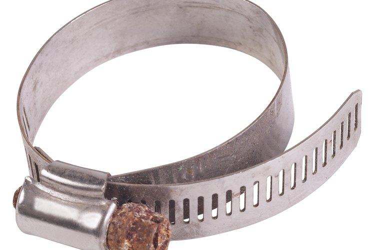 Aprieta las abrazaderas de acero con un destornillador.