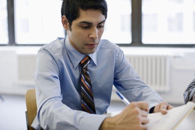 Hombre trabajando en la oficina.