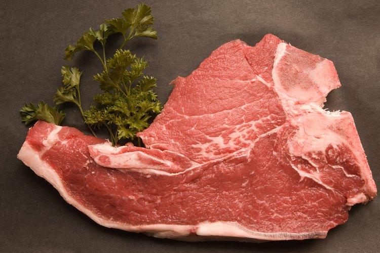 Elige una chuleta de cerdo para cocinar.