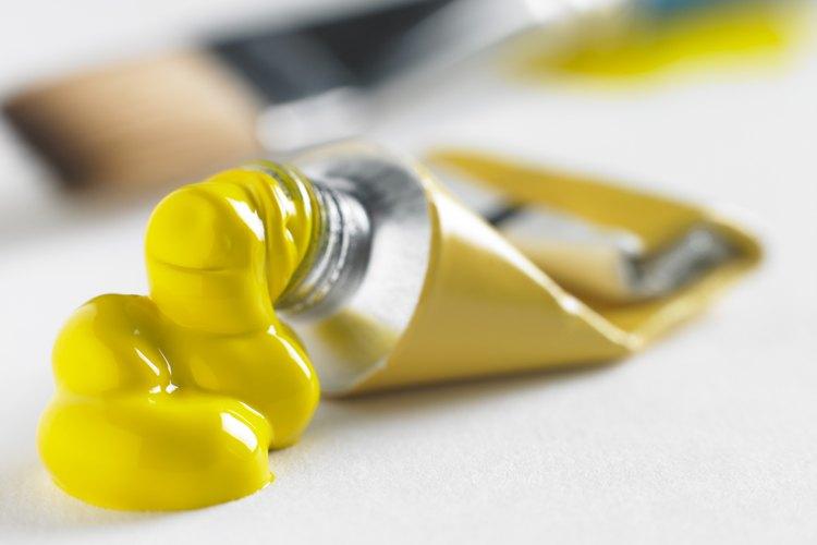 Mezclando colores para crear pintura dorada metalizada.