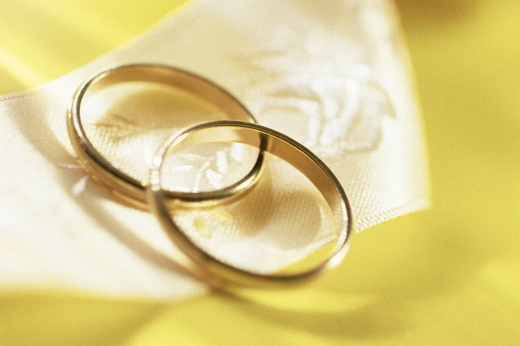 El padrino está a cargo de los anillos durante la ceremonia, así que elige a alguien responsable.