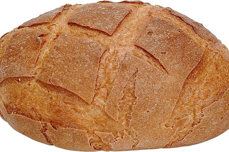 La levadura hace que el pan crezca y sea esponjoso.